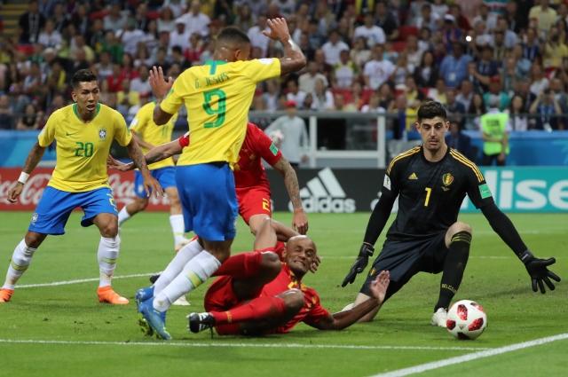 Только невезение бразильцев спасало вратаря бельгийцев Куртуа (в черном) от еще одного гола.