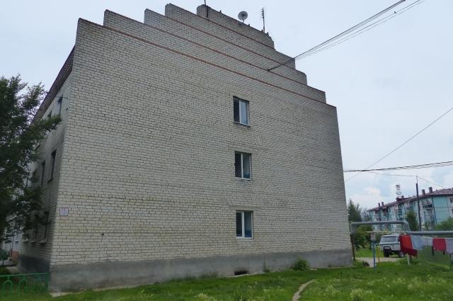Фронтон здания в виде пирамиды.