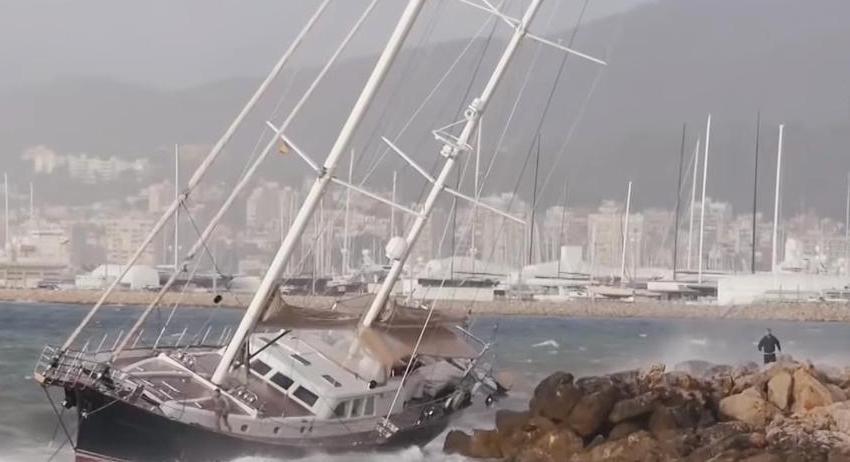 Богатые тоже плачут. Яхта депутата омского Заксобран Валерия Кокорина потерпела крушение уПальма-де-Мальорки.