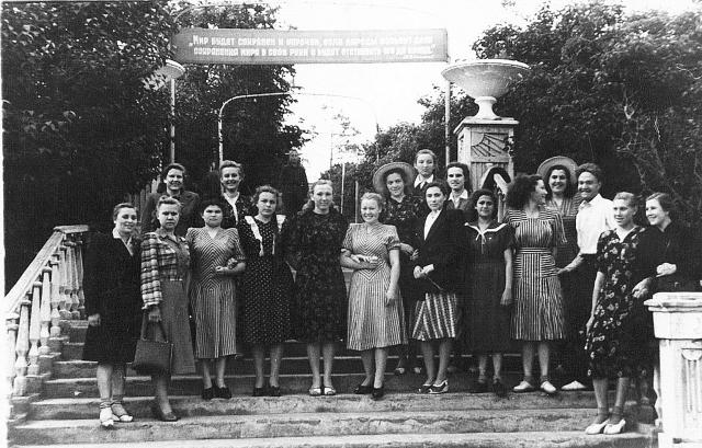 Группа литфака, третий курс. Парк Свердлова. 1951 год.
