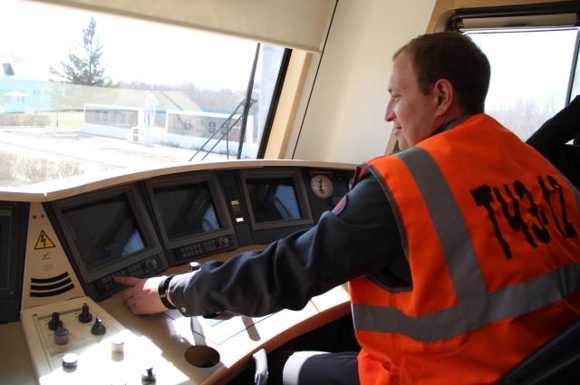 Машинист электровоза Дмитрий Юров работает на железнодорожном транспорте с 18 лет