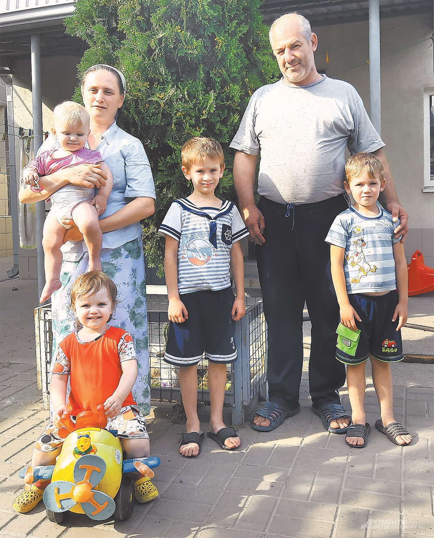 В семье Зыковых 9 лет не было детей, но супруги не отчаивались, и сейчас у них два сына и две дочери.