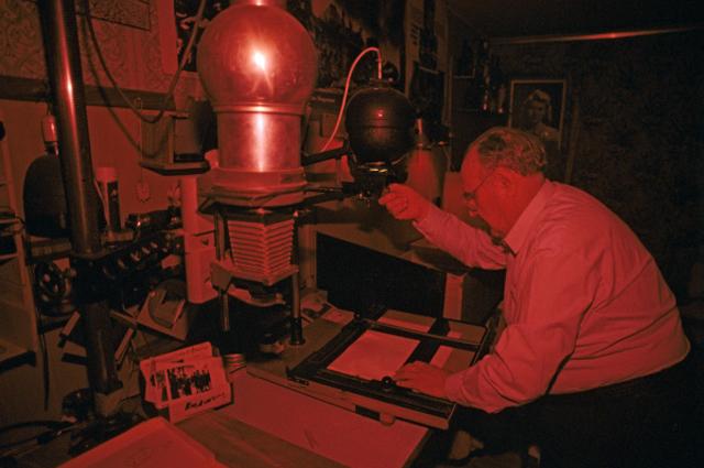 Евгений Халдей фотокорреспондент, военный фотокорреспондент, обладатель титула Рыцарь ордена искусств и литературы в фотолаборатории. 1997 год