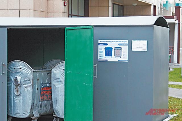 Грузовые автомобили, предназначенные для загрузки отходов, маркированы так же, как и мусорные контейнеры.