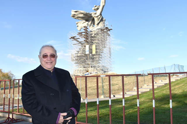 Во время реконструкции памятника «Родина-мать» главную высоту России старались посетить многие российские звёзды, например, Евгений Петросян.