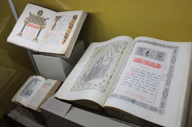 Среди экспонатов экспозиции почетное место занимают «Евангелие» и «Ирмологий на крюковых нотах».