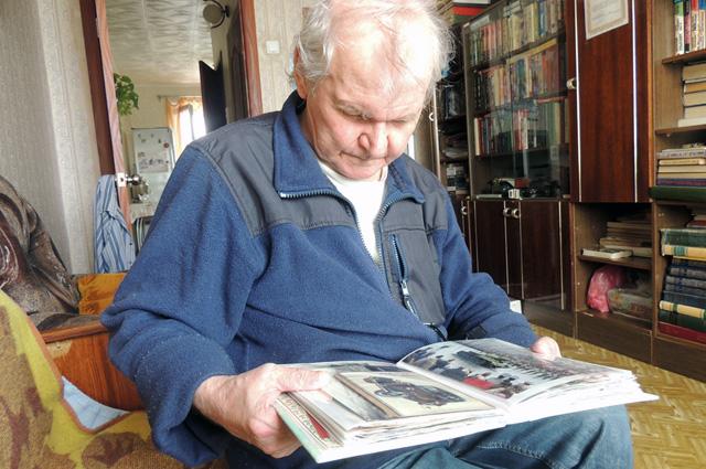 Георгий Анатольевич то и дело достаёт фотографии своих любимых старинных машин