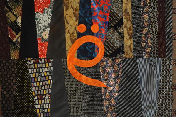 Ковер из галстуков с буквой Ё - экспонат музея писателя Виктора Чумакова, посвященного букве Ё и организованного им в обычной московской квартире