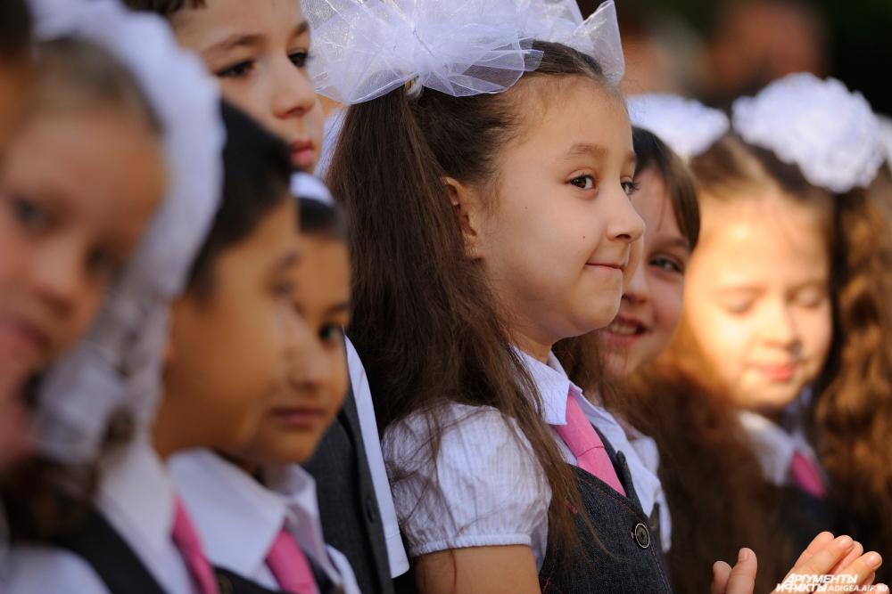Дети идут в школу с радостью и волнением.