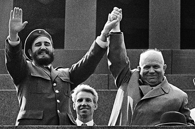 Дружба с Кубой растворилась вместе с 31,7 млрд долларов? Фидель Кастро и Никита Хрущев на трибуне Мавзолея В.И. Ленина. 1963 год.