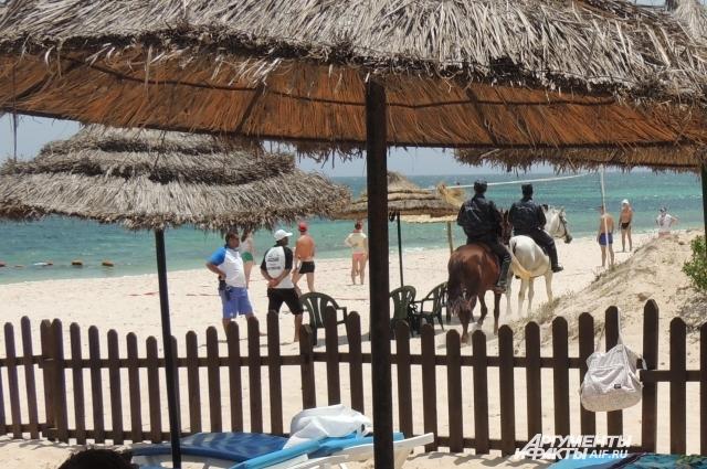 Конная полиция тоже объезжает пляжи.
