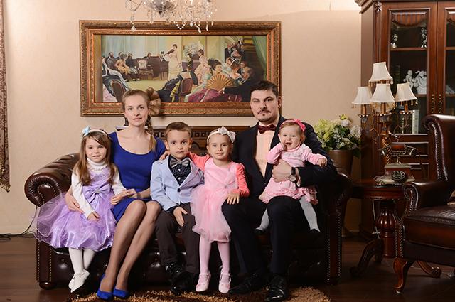 Евгений Колесов с семьей.