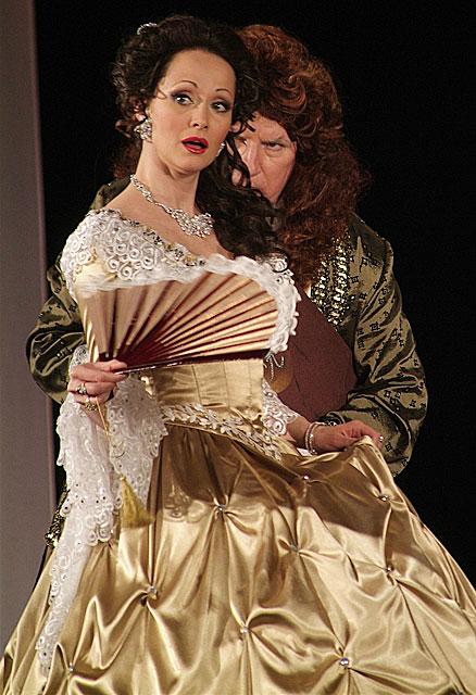 Актеры Ольга Кабо и Валерий Баринов в спектакле Буря в стакане воды по пьесе Юджина Скриба. 2006 год