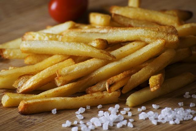 Кладите картошку в салат перед самой подачей, чтобы она не размякла.