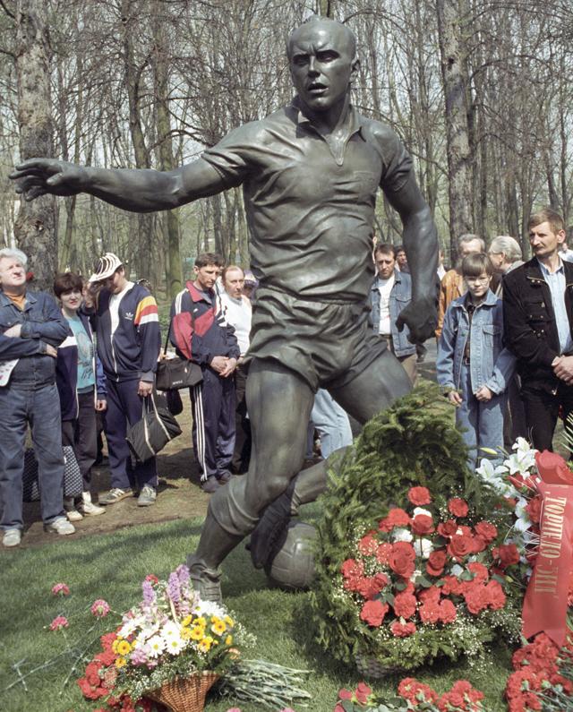 Памятник футболисту Эдуарду Стрельцову в Лужниках.