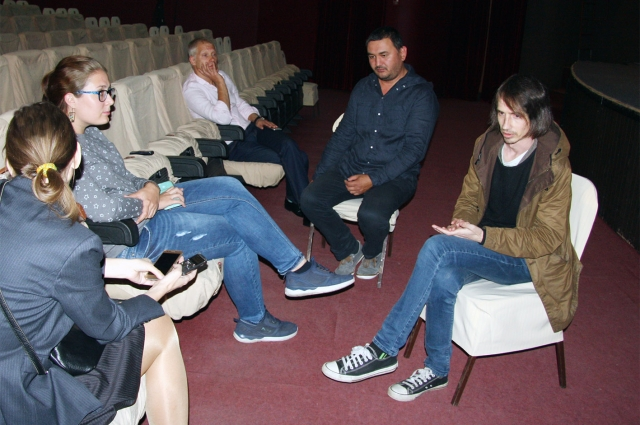 Айрат Абушахманов (второй справа) и Валерий Шергин (первый справа) общаются с корреспондентом omsk.aif.ru.