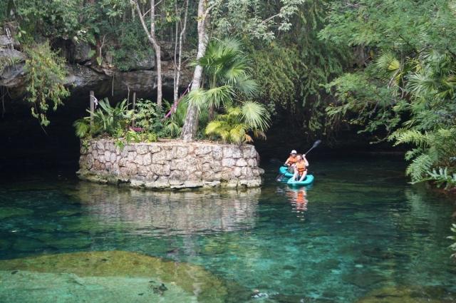 В этом сеноте можно плавать на байдарках и отдохнуть на островках, где есть гамаки.