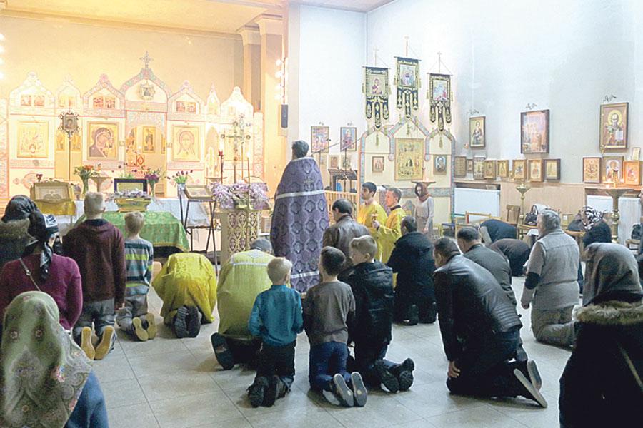В Крестопоклонную неделю в храме читают особую молитву.
