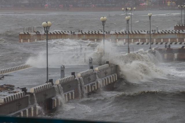 Непогода так рузгулялась, что волны стеной идут через преграды.