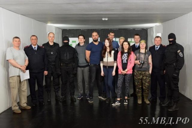 Журналисты в тире вместе с полицейскими и бойцами спецназа.