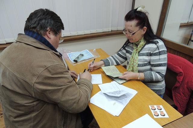 Паспортистка принимает документы на гражданство