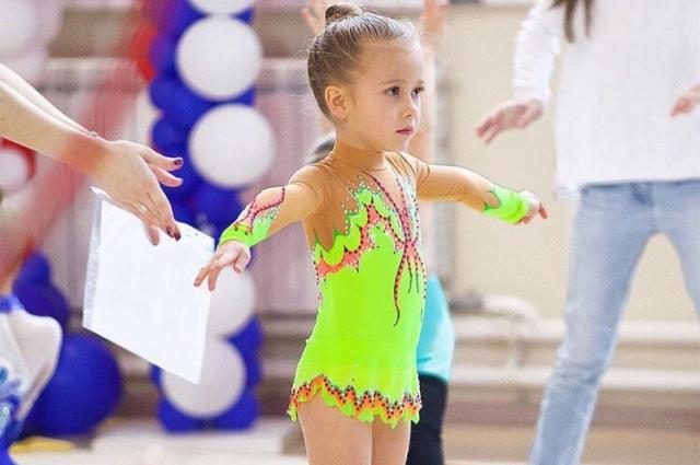 В 2,5 года начала заниматься гимнастикой.