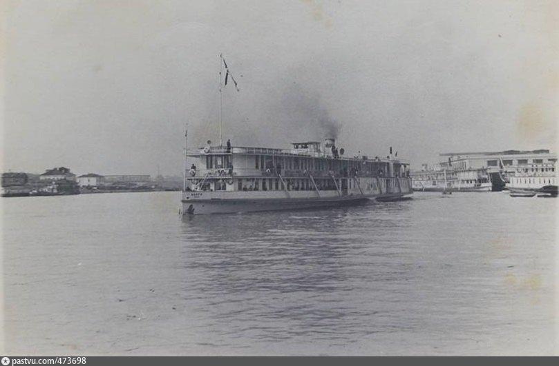 Пароход отчаливает от весенних пристаней в высокую воду. 1953 год