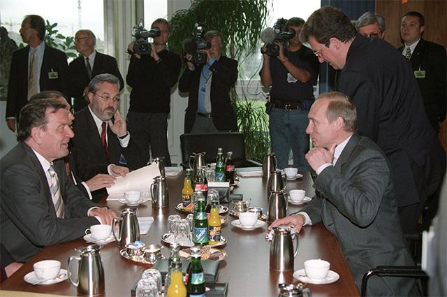 Канцлер Федеративной Республики Германии Герхард Шредер и президент РФ Владимир Путина во время рабочего завтрака. 2000 г.
