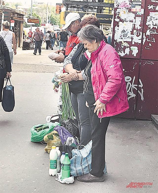 Уличная торговля с рук – ощущение, что на машине времени оказываешься в России начала 1990-х.