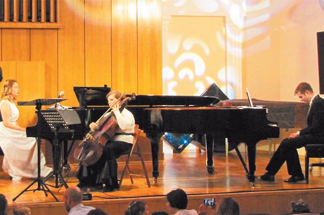 Известные пианисты, лауреаты международных конкурсов Евгений иДарья Златины– постоянные участники концертов налучших сценах Москвы.