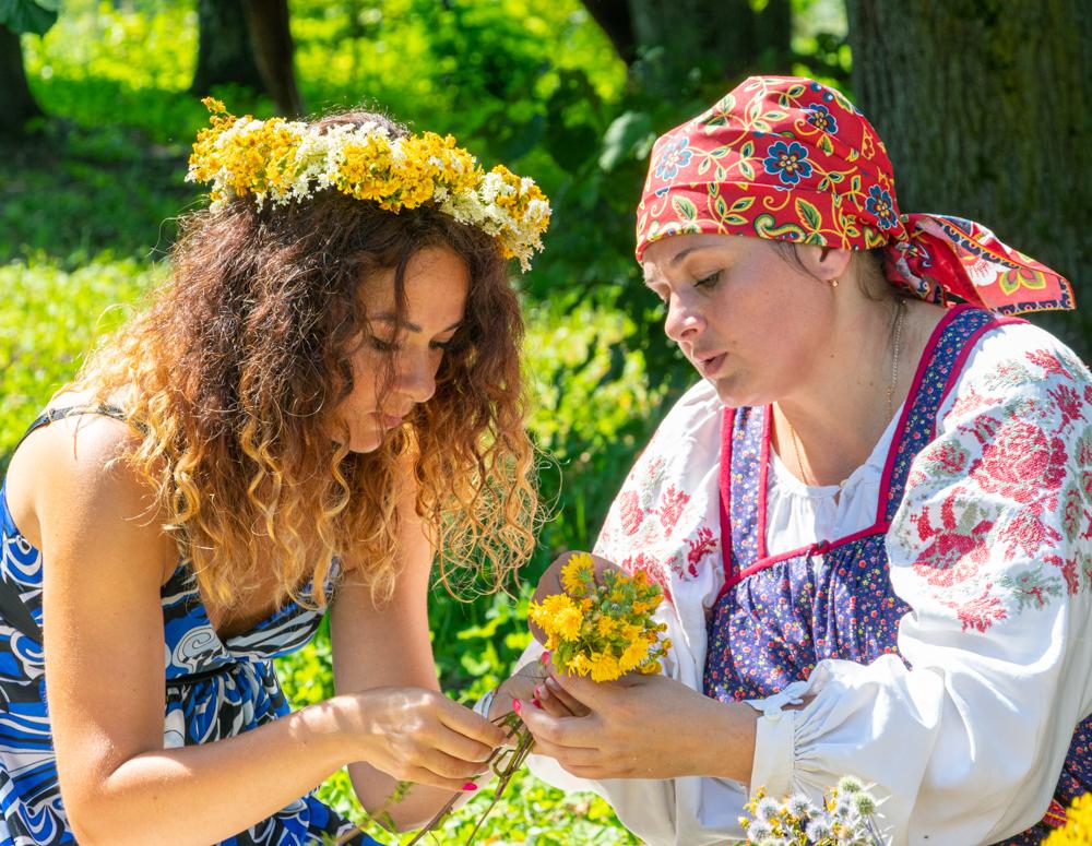 Плетение цветочных венков увлекло столичных жителей.