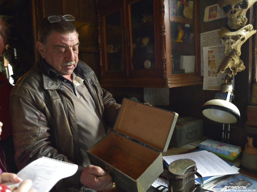 Владимир Меликов и найденный в горах Адыгеи ящик.