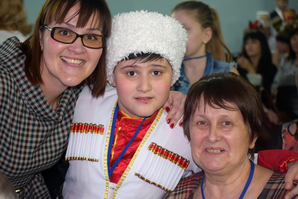 Артем Мокров с мамой и бабушкой.