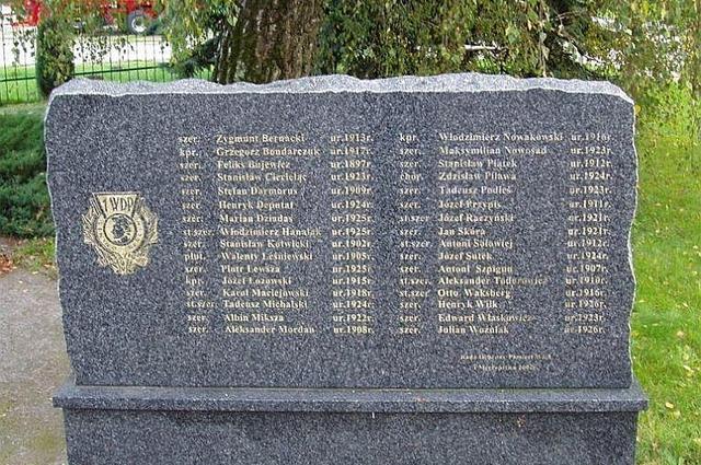 Памятник в Подгае в память о сожжённых заживо 32 польских солдатах. 2009 год.