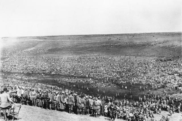 Советские военнопленные в лагере, август 1942 года