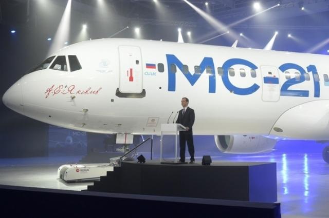 Дмитрий Медведев на презентации самолета МС-21 на Иркутском авиационном заводе.