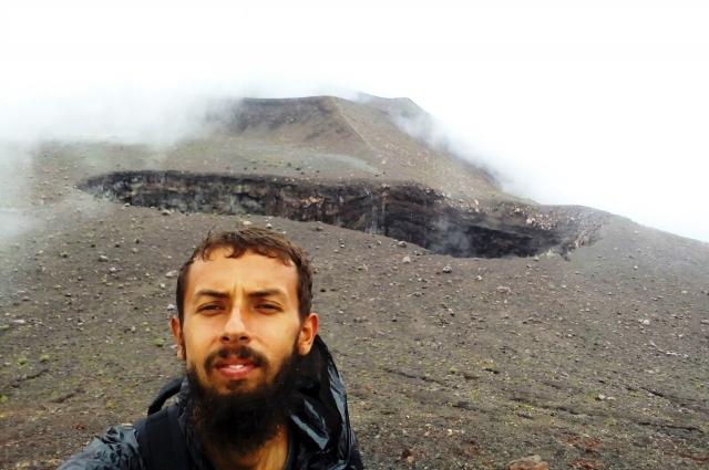 В Азии путешественник забрался на действующий вулкан.