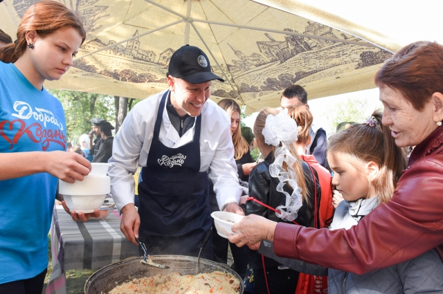 Всех желающих угощали горячей едой из полевой кухни.
