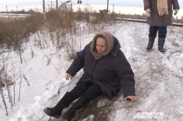 Баба Галя и баба Надя ездят по насыпи как с горки, чтоб не покалечиться в гололед.