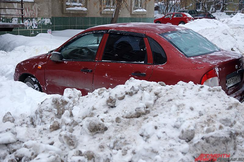 Наиболее частая проблема зимой – места для парковок, а также засыпанные снегом обочины.