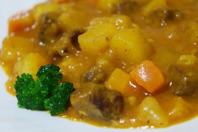Получившееся блюдо разложить по тарелкам и украсить зеленью