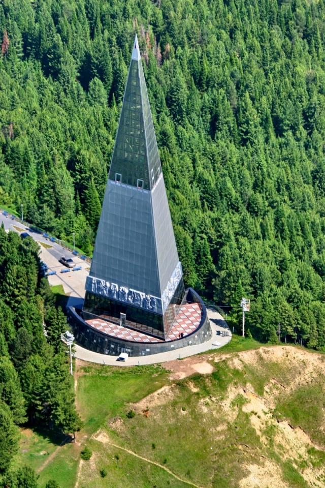 Памятный знак «Первооткрывателям земли Югорской» на вершине горы в Ханты-Мансийске.