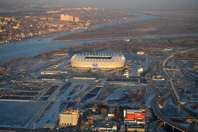 Вид из вертолета на футбольный стадион «Ростов Арена» в Ростове-на-Дону.