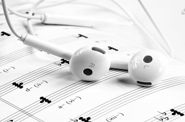 Постоянное использование наушников приводит к снижению слуха.