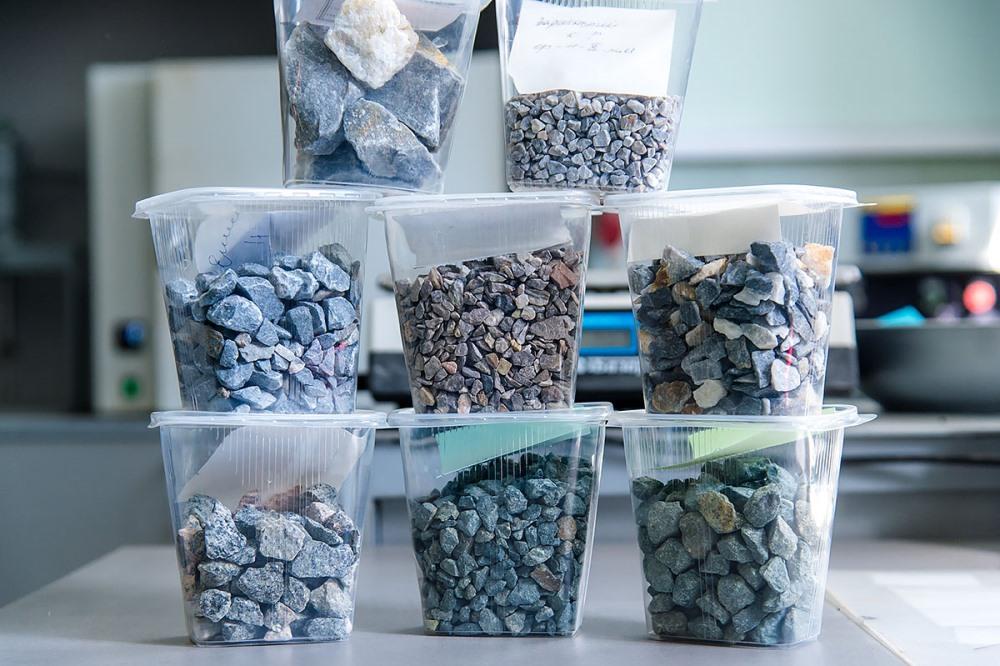 В лабораторию поступают образцы из разных городов.