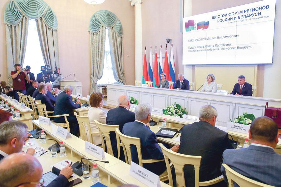 С руководителями органов госвласти субъектов РФ и регионов Республики Беларусь встретились Валентина Матвиенко и Михаил Мясникович.