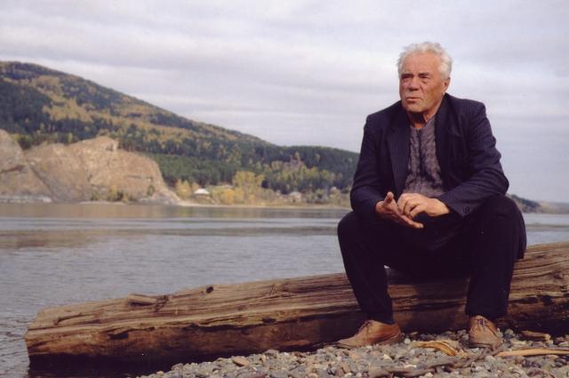 Виктор Астафьев очень любил Енисей - часто сидел на берегу, в деревня Овсянка, и смотрел в бескрайние дали.