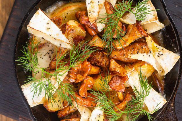 Лисички с картофелем и сыром камамбер