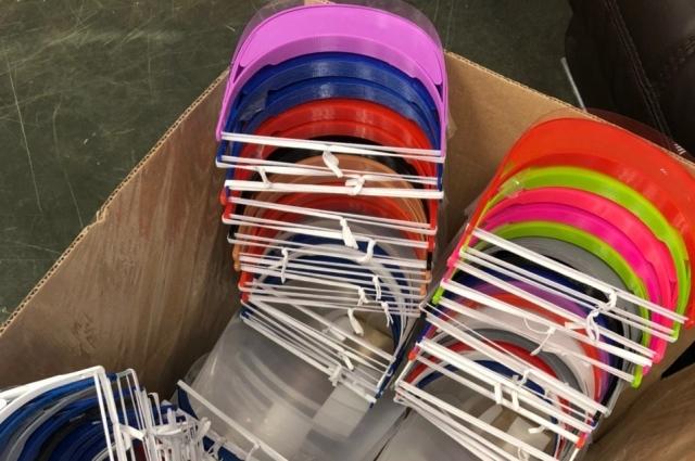 Собранные щитки с пластиковым напечатанным креплением готовы к отправке к врачам.