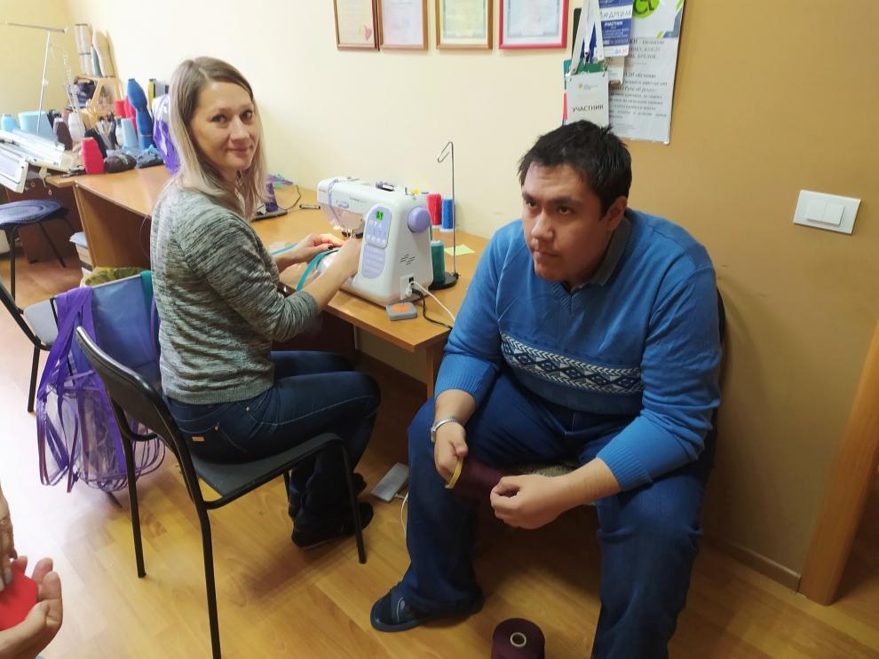 Максим с удовольствием помогает Наталье, выполняя монотонную, но необходимую работу.